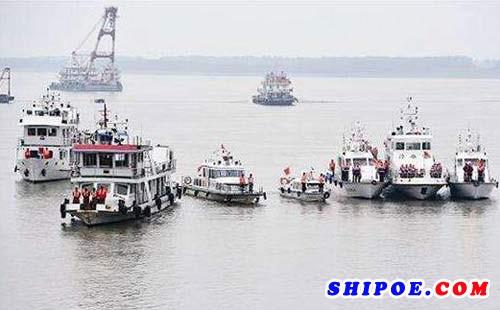 船舶之间相遇时要鸣笛(船上用的叫船用汽笛或者船用电笛)