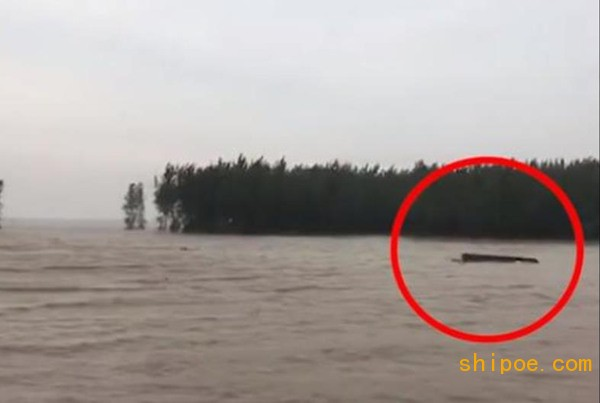 安徽凤台县泄洪致10艘船沉没,救援队已开始水下摸排