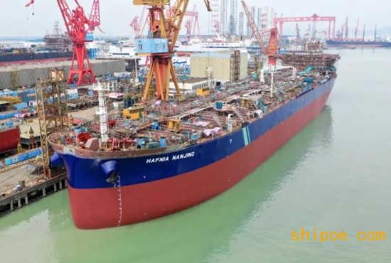 广船国际7.5万吨化学品/成品油船6号船及11万吨成品油/原油船2号船如期出坞