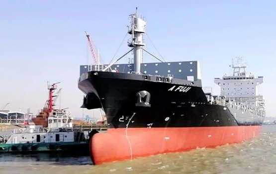 扬子江船业为瑞洋海运建造的一艘1800TEU集装箱船命名交付