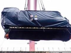 國產首制大型郵輪發電機在外高橋造船完成吊裝