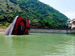 云南一艘停泊船突发船体断裂倾覆 1人获救3人失联
